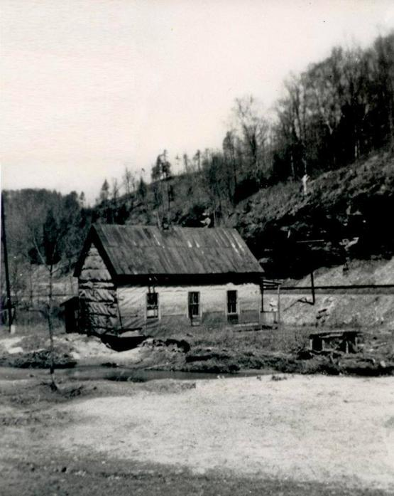 "Evanston coal camp houses, Breathitt County, Kentucky.  Photo submitted by Adam Mann on 6/2/2014 <a href=""mailto:adammnns1@gmail.com"">adammnns1@gmail.com</a>"